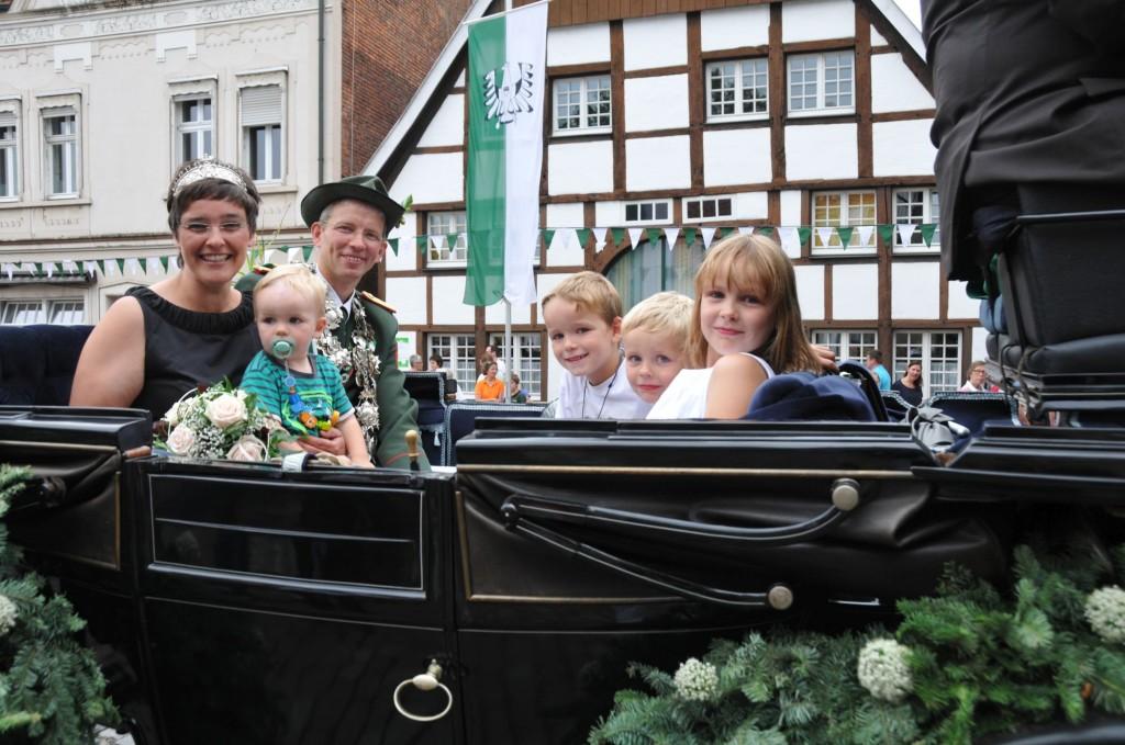 Das Königspaar mit seinen Kindern in der Königskutsche (v.l.): Königin Katja, Jan, König Matthias, Moritz, Philipp und Karolin Finkenbrink.